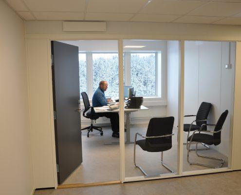 DSC 9068 495x400 - Færder Kommune - malte dører i kontorbygg