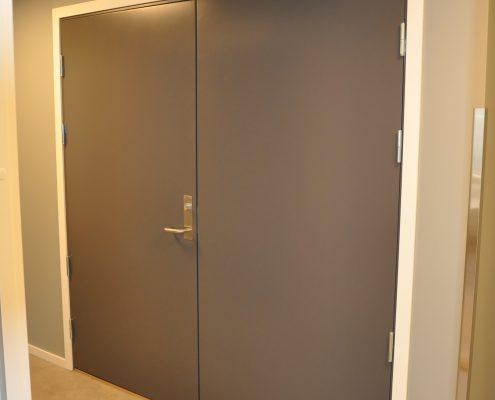 DSC 9105 e1548137542473 495x400 - Færder Kommune - malte dører i kontorbygg