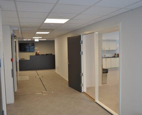 DSC 9122 495x400 - Færder Kommune - malte dører i kontorbygg